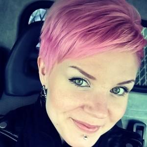 Itselleni tungin päähäni viime viikolla Color Paintin Hot Pinkin mixattuna hoitoaineeseen. Tuli aika kiva hattaratukka :)