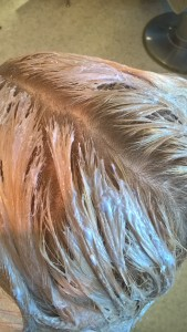 Vaalennusväri täytyi levittää asiakkaalle siten, ettei sitä mene hiuspohjaan.