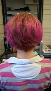 Pohjavärinä Goldwellilta oranssia ja oranssinvaaleaa sekoitettuna ja pituus Elumenin pinkkiä
