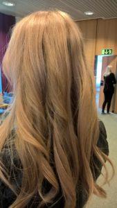 Tässä kuvassa hiukset ovat sävytetty KC:n luximasarjan strawberry blondella